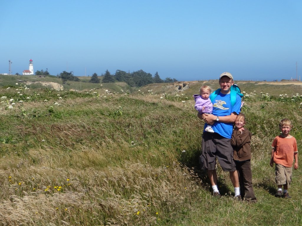 family on the walk to the Cape Blanco Lighthouse